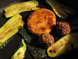 Maisburger mit zwei Kloesschen und Zucchini