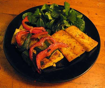 Polenta-Schnitten mit Paprika und Zucchini