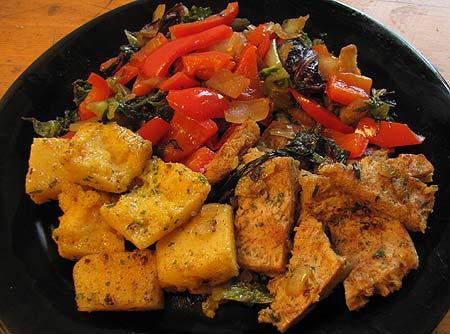 Sojafleisch mit Polenta und Gemüse