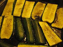Zucchini längs geschnitten