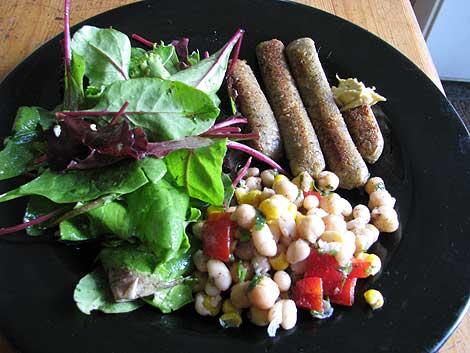 Vegane Bratwurst mit Salaten