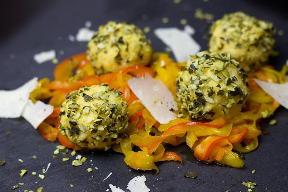 Kräuterbällchen auf Gemüse